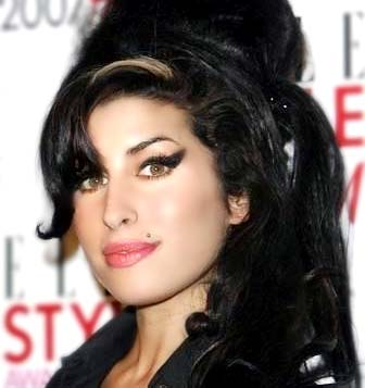 Vícios deixaram marcas profundas na aparência de Amy Winehouse