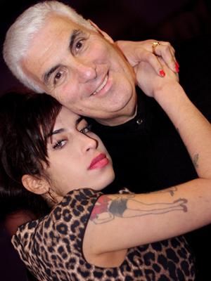 Pai de Amy Winehouse publicará livro de memórias sobre a filha